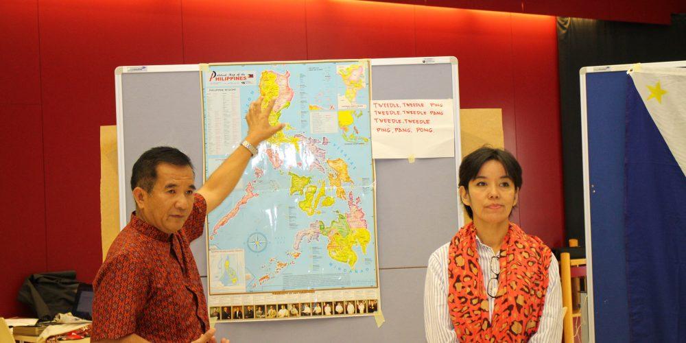 Unsere Handys wiegen schwer. Begegnung mit Gästen aus den Philippinen