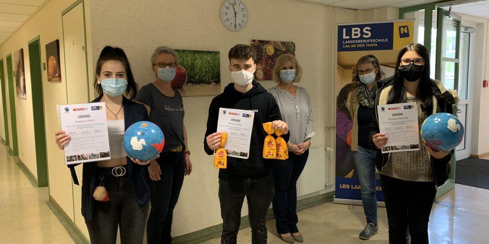 Oktober 2020: Das Schulteam zeigt stolz die Urkunden der Fairtrade-Botschafter samt neuer Bälle und verkaufter Schokopralinen!